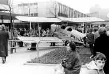2005-8767 Op de Lijnbaan wordt een vliegtuig geëxposeerd.