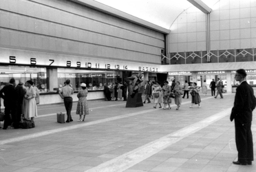 2005-8769-TM-8775 Het Centraal Station:Van boven naar beneden:-8769: In de grote hal van het Centraal Station.-8770: ...