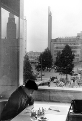 2005-8777 Vanuit de lunchroom van de nieuwe Bijenkorf aan de Coolsingel zicht op het oude gebouw van het warenhuis aan ...