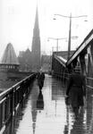 2005-8836 De Koninginnebrug met op de achtergrond de rk kerk van de H.H. Martelaren van Gorkum aan het Stieltjesplein.