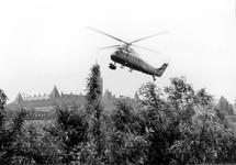 2005-8857 Een helicopter boven Heliport een klein vliegveld gelegen tussen Hofdijk, Katshoek, Pompenburg en ...