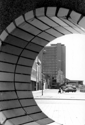 2005-8893 De Schiestraat met verderop het stationspostkantoor, gezien door de sieropening van het viaduct aan de Schiekade.