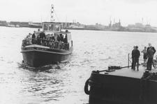 2005-8947-EN-8948 Oeververbinding:Van boven naar beneden:-8947: De veerboot Heen en Weer IX op de Nieuwe Maas ter ...