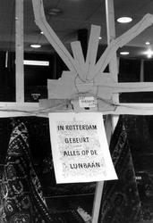 2005-9033 Op de Lijnbaan is een vernielde etalage van het winkelbedrijf Con en Verdonck, handel in Perzische tapijten.