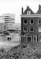 2005-9079 De Rechter Rottekade bij de hoek van de Vriendenlaan, met op de achtergrond de rk Bosjeskerk aan de Hofdijk.