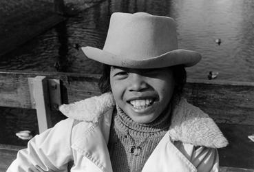2005-9147-EN-9148 Surinaamse jongen, Noordsingel:Van boven naar beneden:-9147: Een Surinaamse jongen staat op brug over ...