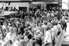 2005-9423-TM-9427 Binnenstadsdag:.Van boven naar beneden:-9423: Bevolking tijdens de Binnenstadsdag. Op het ...