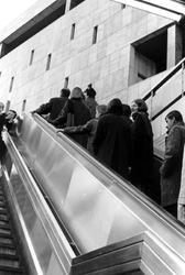 2005-9440 De metro uitgang Beurs ter hoogte van het warenhuis De Bijenkorf.