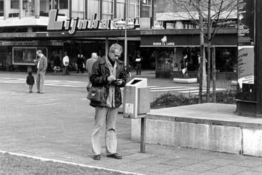 2005-9651 De journalist Hans Ledeboer van het dagblad de Rotterdammer staat op de Karel Doormanstraat voor de Korte Lijnbaan.