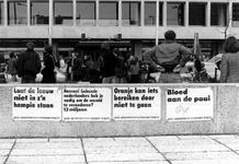2005-9652 Affiches op muur aan het Schouwburgplein met protest tegen de politiek en mensenrechten in Argentinië, en ...