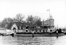 2005-9720 De Veerhaven met het clubgebouw van de Koninklijke Roei-en Zeilvereeniging De Maas.
