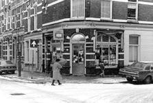 2005-9845 Op hoek in de Agniesestraat is een tabakswinkel.