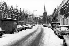 2005-9865 De Blommersdijkselaan vanaf de Bergweg gezien. Op de achtergrond de Sint-Hildegardiskerk aan de Hammerstraat ...