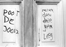 2005-9962 Een bekladde deur als gevolg van een kraakactie in de voormalige dassenfabriek Migro aan de ...