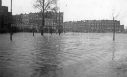 2007-1055 Putselaan met in het midden de Slaghekstraat tijdens de watersnood van eind januari 1953. De opname is van 1 ...