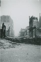 2007-1064 Hoofdsteeg vanaf de Kolkade/Mosseltrap richting het Middensteiger. Verwoesting na Duits bombardement op 14 ...