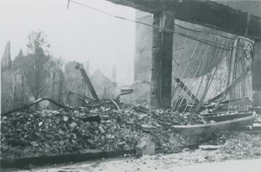 2007-1074 Verwoeste modewinkel van B.J. Voss & Zonen aan Korte Hoogstraat na Duits bombardement op 14 mei 1940.