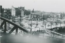 2007-1076 Grotemarkt vanaf het spoorviadukt over de Binnenrotte. In het midden de Nieuwstraat. Verwoesting na Duits ...