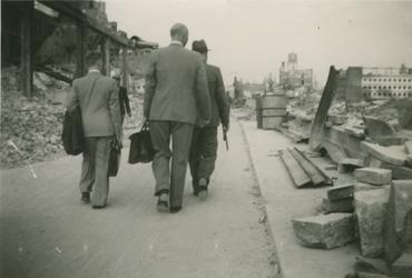 2007-1086 Wandelaars op de Hoogstraat richting de Binnenrotte rechts op de achtergrond het meubelwarenhuis Piet van ...