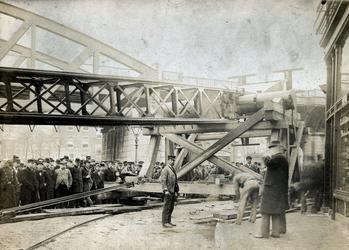 2007-1242 Bouwwerkzaamheden aan het spoorwegviaduct, de Willemsbrug en Koninginnebrug. 5 opnamen. Van boven naar ...