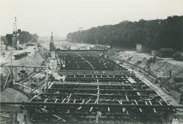 2007-1797 Bouw van toegangsweg van Maastunnel rmet rechts het Park aan de Westzeedijk. Op de achtergrond de Rochussenstraat.