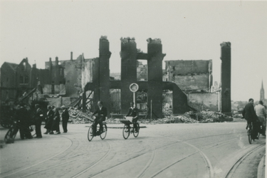 2007-1805 Oostplein met de Marinierskazerne, links de Nieuwehaven. De verwoesting is veroorzaakt door het Duitse ...