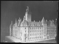 2007-2717 Maquettes voor het te bouwen stadhuis aan de Coolsingel naar het ontwerp van prof. H.J. Evers. Selectie van 2 ...