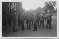 2008-1366 Officieren van het korps Fallschirmjäger bezoeken een woning aan de Schulpweg [?] dat is ingericht als ...
