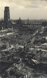 2008-2416 Het verwoeste stadscentrum gefotografeerd vanaf het HBU-gebouw aan de Coolsingel in oostelijke richting. Op ...