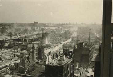 -3081 Album met opnamen van Rotterdam enkele dagen/weken na het Duitse bombardement van 14 mei 1940. Een selectie ...