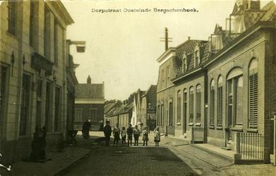 BERG-2 Kinderen in de Dorpstraat. Links de Rozenboom en op de achtergrond het Smitshoek.