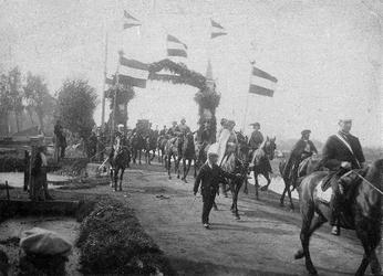 BERK-1024 Optocht in de Rodenrijseweg tijdens het Onafhankelijkheidsfeest. De man (rechts) die het paard aan de teugels ...