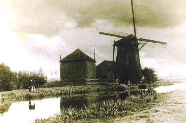 BERK-1027 De bovenmolen met het molenhuis en de hooiberg aan de Bovenvaart in de Westpolder. Deze watermolen is van het ...