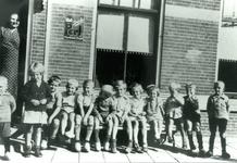 CAPHV-1152 Groepsfoto van kinderen voor de winkel van kruidenier Van Driel.