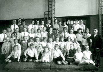 CAPHV-1154 Schoolklas met bovenmeester Jac. Boomsma en meester J. van Langeveld van de Prins Alexanderschool aan de ...