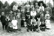 CAPHV-1156 Klas van de Openbare Lagere School III aan de Kanaalweg 52 in Capelle aan den IJssel. Rechts op de foto het ...