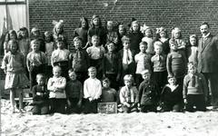 CAPHV-1157 Klas van de Openbare Lagere School III aan de Kanaalweg 52 in Capelle aan den IJlssel. Rechts op de foto het ...