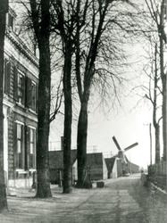 CAPHV-1166 Gezicht op de Dorpsstraat. Links de woning van steenbakker Lans en de naastgelegen steenplaats De Oude ...