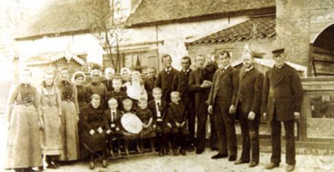 CAPHV-1252 Medewerkers van de steenplaats 'de Kouwenhoek' van de Fam. Van Cappellen in zondagse kledij. Zesde van links ...