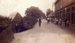 CAPHV-1314 Rietmattenfabriek met opslag aan de Dorpsstraat van V.A.D. van Riemsdijk.