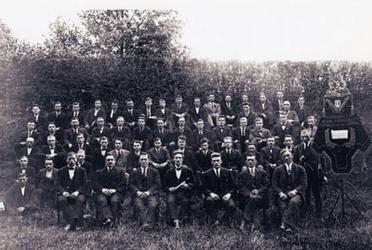 CAPHV-1363 Mannenkoor Zang Veredelt , opgericht op 22 juni 1922 poseert hier in de tuin van café 't Centrum van Jan ...