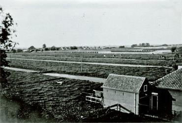 CAPHV-1432 Gezicht op het land achter de boerderij van 's-Gravenweg 251, op de achtergond is de bebouwing aan de Bermweg.