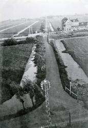 CAPHV-1435 Gezicht vanaf de 's-Gravenweg op de Kerklaan, rechtsboven het station van Capelle aan den IJssel.
