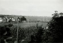 CAPHV-1436 Gezicht vanaf de 's-Gravenweg op de spoorbaan, links de stationsbuurt, achter de spoorbaan het voetbalveld ...