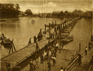 CAPHV-1441 De pontonniers uit Dordrecht houden een oefening met een brug te bouwen over de Hollandsche IJssel, ter ...