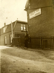 CAPHV-1446 Oprit van de De Ruyterstraat, die toen nog onverhard was, naar de Nijverheidstraat. Het huis is ...