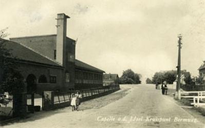 CAPHV-1462 Kruispunt Bermweg - Capelseweg met de Prins Alexanderschool.