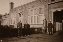 CAPHV-1476 De garage van busonderneming Gebrs. van Gog aan de Capelseweg 120. Van links naar rechts : vader van Toon ...