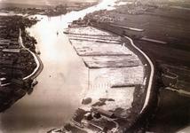CAPHV-1547 De zelling langs de Ketensedijk. Linksonder ziet u de rietmattenfabriek van Lans, gelegen op de bonk een ...