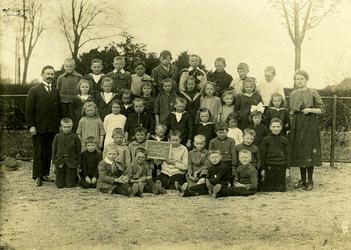 CAPHV-20 Klassefoto Openbare Lagere School 3 gevestigd in de wijk Schenkel te Capelle aan den IJssel. Op de foto zijn ...